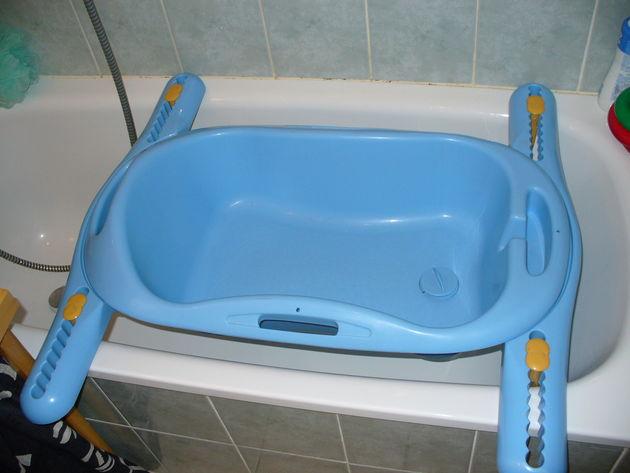 Les 3 achats indispensables l 39 arriv e d 39 un enfant - Baignoire bebe qui s adapte sur baignoire ...