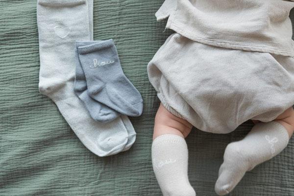 Pourquoi bébé porte des chaussettes ?