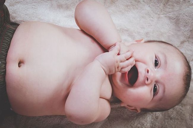 Poussée dentaire de bébé