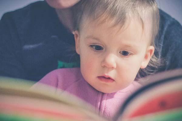 raconter histoire à bébé